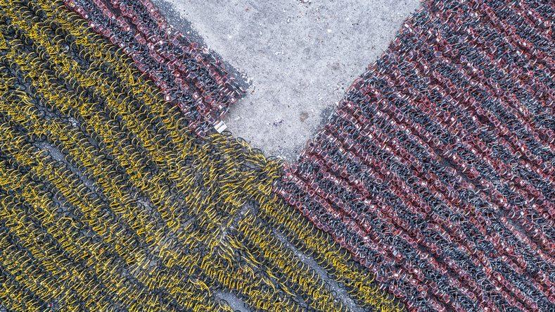 Una veduta aerea di un deposito di biciclette in Cina