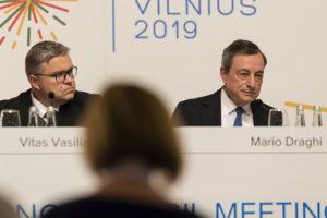 L'Italia potrebbe giocarsi Draghi, invece ci litiga sui minibot