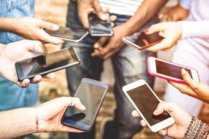 Vendite iPhone in calo, ma Apple viaggia di nuovo verso i mille miliardi