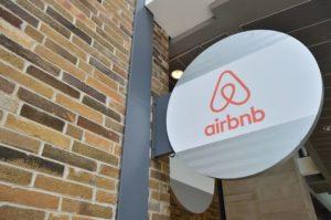 Airbnb, il governo prepara la mazzata per chi affitta: obbligo di licenza e di partita Iva