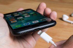 Apple nel mirino: l'Ue vuole il caricabatterie universale