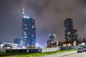 Coronavirus: UniCredit Tower a Milano si illumina dei colori della bandiera italiana